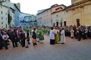 vescovo-e-fedeli-in-piazza-duomo