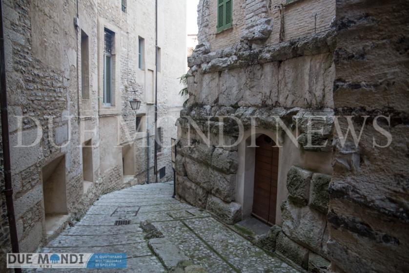 sulla destra, i resti romani