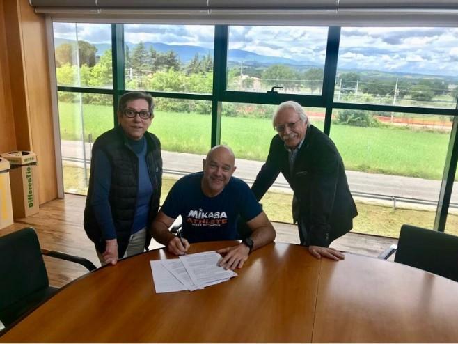 Monti firma contratto