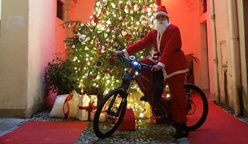 Babbo Natale In Bicicletta.Spoleto Babbo Natale E Pronto A Sfrecciare In Bicicletta In Corso